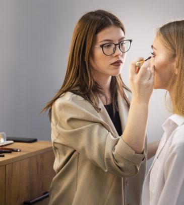 Realizzazione make-up giorno, sera, sposa (fotografico), moda e passerella / Predisposizione del trucco e realizzazione make-up base_Programma TVB – VILLACIDRO – CORSO CONCLUSO