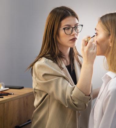 Realizzazione make-up giorno, sera, sposa (fotografico), moda e passerella / Predisposizione del trucco e realizzazione make-up base_Programma TVB – VILLACIDRO